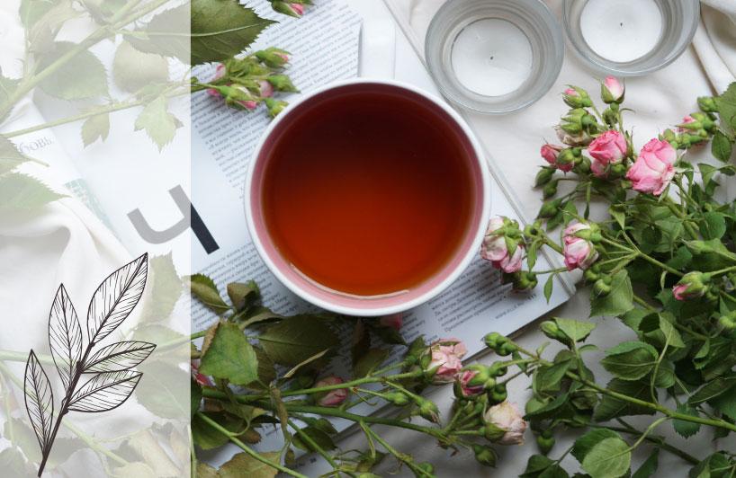 Déguster une pâtisserie avec une tasse de thé et lire un magazine dans une ambiance printanière